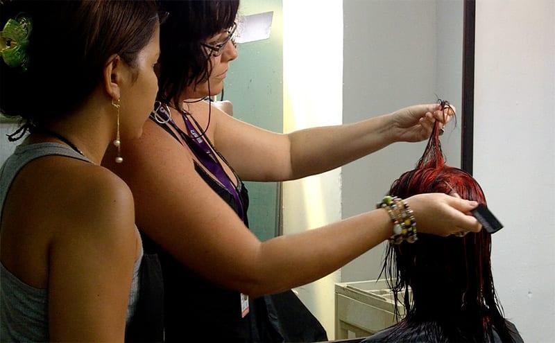 """""""Hemos hecho un acuerdo con la asociación de sordos para formar en nuestra escuela peluqueras con problemas de audición. Hoy son la mayoría de nuestros alumnos, yo estoy aprendiendo, incluso, un poco del lenguaje de las manos""""."""