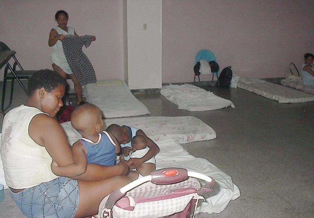 Cualquier lugar seguro, hasta el Capitolio de La Habana, se puede convertir en albergue para las familias que viven en casas precarias. Foto: Raquel Pérez Díaz