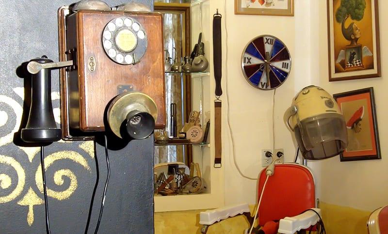 Papito creó un museo de los peluqueros, recogiendo, comprando, intercambiando por La Habana tijeras viejas, navajas de afeitar, brochas, cajas registradoras, sillones de principios del siglo XX, hasta que el museo tomó forma.