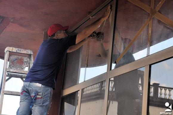 Con poca madera disponible los cubanos ponen precinta en las ventanas para ayudar que no hacen pedazos.