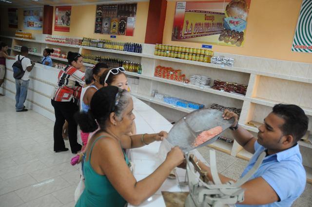 Comprando víveres en la espera del huracán Matthew. Foto: veneceremos.cu