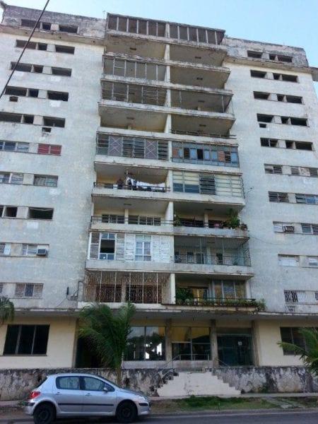 Vista frontal del edificio Riomar.