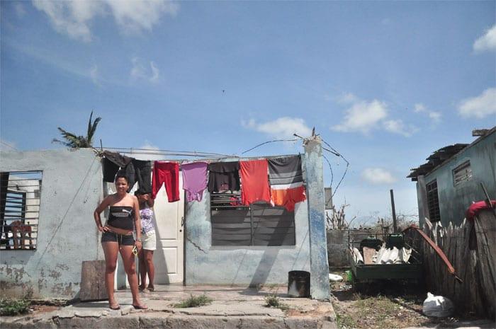 Muchas personas en Maisí quedaron sin techos en sus casas.