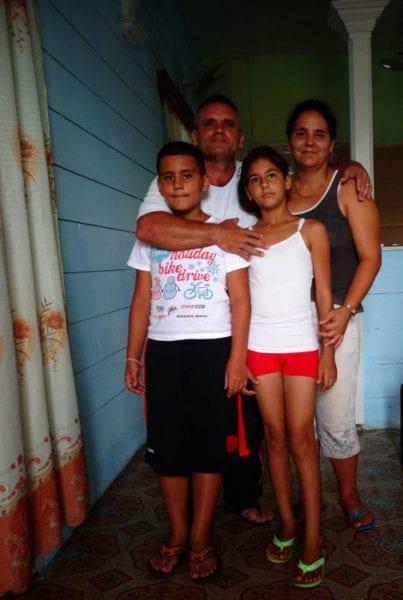 El pastro Yosbany y su familia.