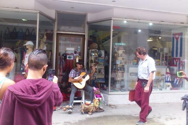 El guarachero orquesta en la Calle Obispo.