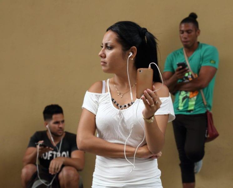 Jóvenes cubanos usando el costoso Wifi. Foto: Juan Suárez