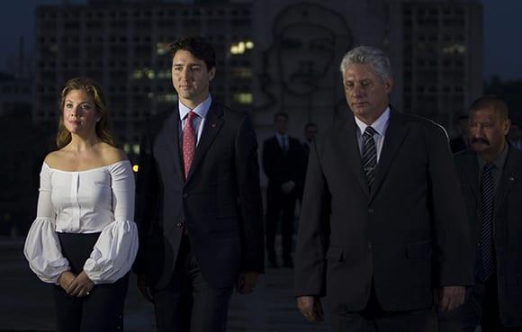 De derecha a izquierda, Sophie Grégoire, esposa del Primer Ministrio; Justin Trudeau y el Primer Vicepresidente Miguel Díaz Canel, durante los honores a Martí en la Plaza de la Revolución. Foto: Ladyrene Pérez/ Cubadebate