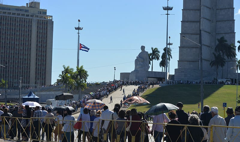 Millones de personas en Cuba rindieron homenaje al líder desaparecido, pero pasado el duelo tendrán que seguir buscando soluciones a los retos que enfrenta la nación. Foto: Raquel Pérez Díaz