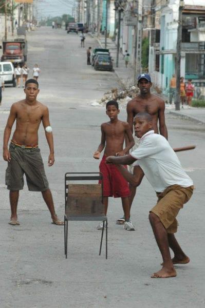Beísbol en la calle. Foto: Angel Yu