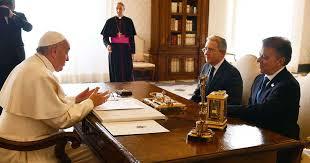 El papa Francisco con Juan  Manuel Santos y Alvaro Uribe, presidente y ex-presidente de Colombia.