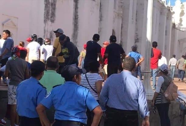 Simpatizantes de Ortega atacan adentro y afuera de la catedral de León, Nicaragua