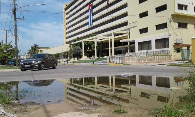 Charco de aguas putrefactos frente el edificio Sierra Maestra