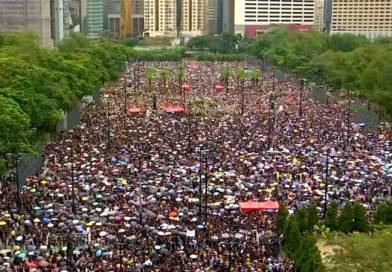 Enorme manifestación en Hong Kong con China observando y amenazante en la frontera, y mas noticias
